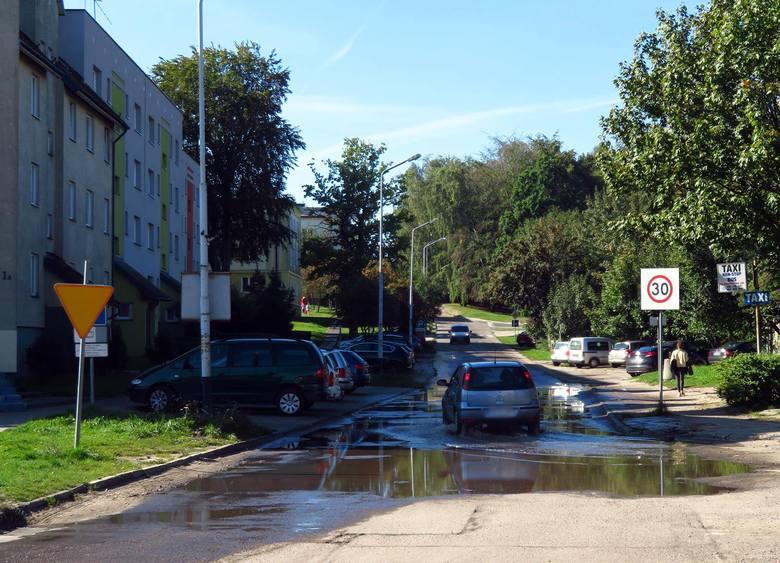 We wczesnych godzinach rannych w niedziele na ulicy Przylesie, przy jednym z bloków rozszczelniła się instalacja wodociągowa. Woda wartkim strumieniem