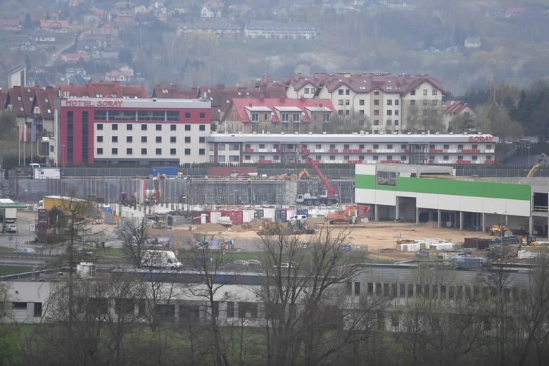 Budowa na Polach Półchłopka trwa od lata 2017 roku. Pierwszy market (Leroy Merlin) ma zostać otwarty jesienią tego roku