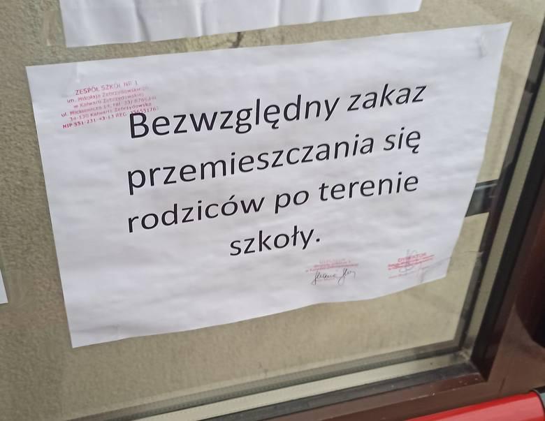 Absurd w szkole w Kalwarii Zebrzydowskiej. Rodziców idących na wywiadówkę przy drzwiach witała tabliczka z informacją, że mają bezwględny zakaz przemieszczania