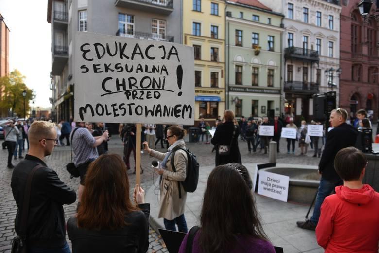 Dzisiaj, w niedzielę 20 października w godzinach 15.00-17.00 pod pomnikiem Mikołaja Kopernika w Toruniu odbyła się demonstracja przeciw karaniu za edukację