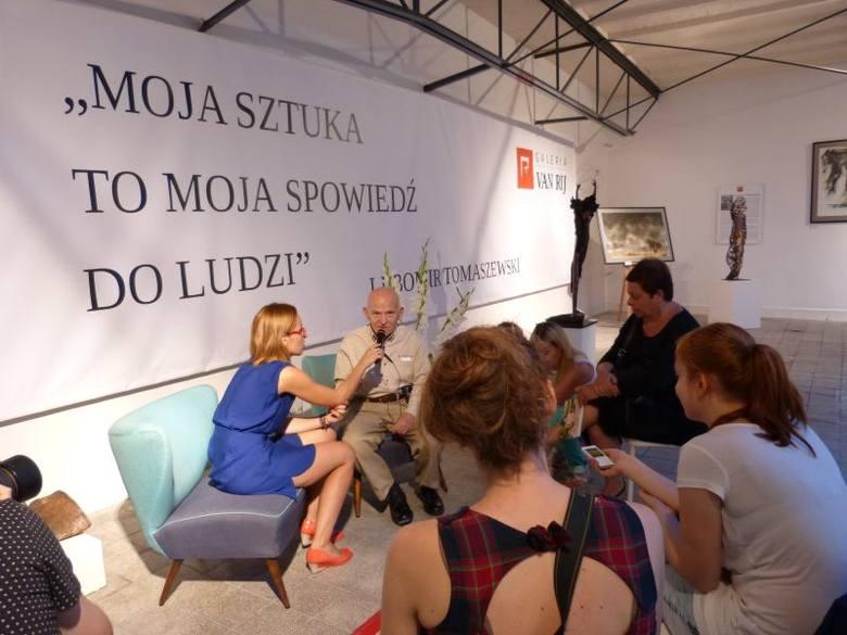 Słynny projektant tworzy w Fabryce Porcelany w ĆmielowieLubomir Tomaszewski chętnie opowiada o swojej pracy. Na zdjęciu spotkanie artysty z dziennik