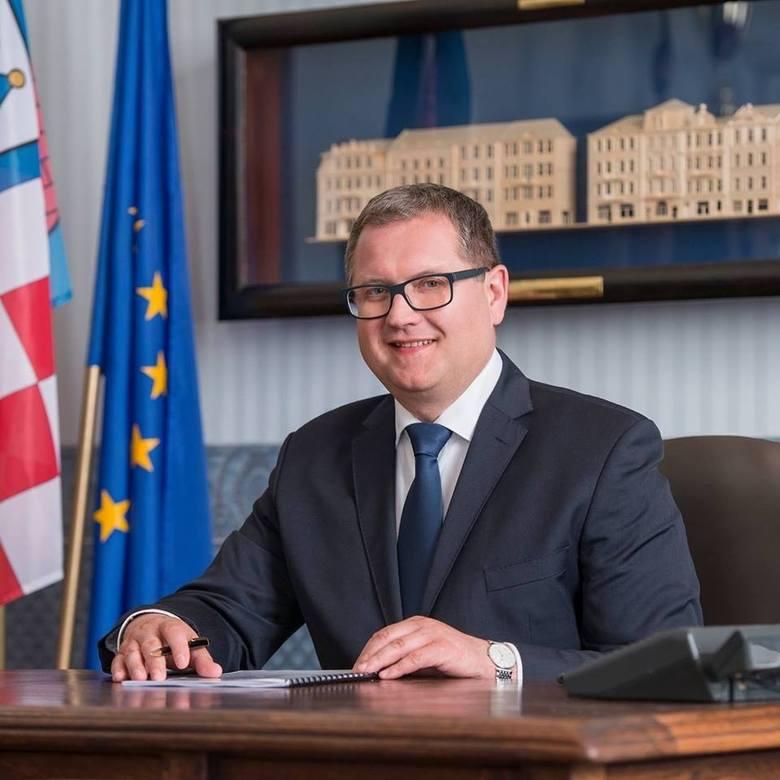 Prezydent Miasta KaliszRok urodzenia: 1971Komitet wyborczy w 2014 r.: KWW Wspólny Kalisz.Zaangażował się w działalność polityczną w ramach Platformy