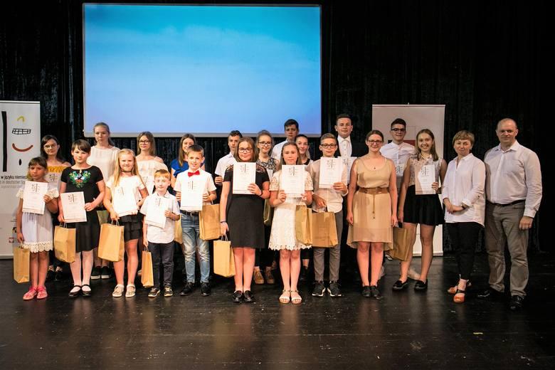 Nagrodzeni i wyróżnieni recytatorzy zapozowali do wspólnego zdjęcia na scenie Teatru im. Jana Kochanowskiego w Opolu.