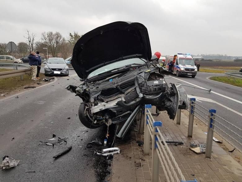 W sobotę po południu na obwodnicy Murowanej Gośliny zderzyły się trzy samochody osobowe. Jedno z aut w wyniku uderzenia wylądowało na barierkach. Na
