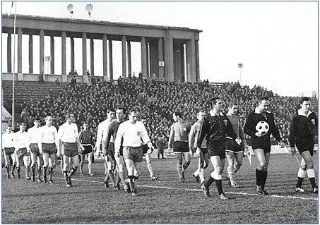 15 listopada 1967 roku. Bułgarski sędzia Goczo Rusew wyprowadza zespoły Wisły Kraków i HSV Hamburg na pierwszy mecz obu drużyn w Pucharze Zdobywców