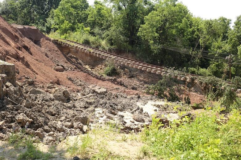 Sporym problemem pozostaje naprawa uszkodzonego nasypu kolejowego w Rozpędzinach (gm. Kwidzyn). W czerwcu ubiegłego roku błotne osuwisko rozmyło istniejący