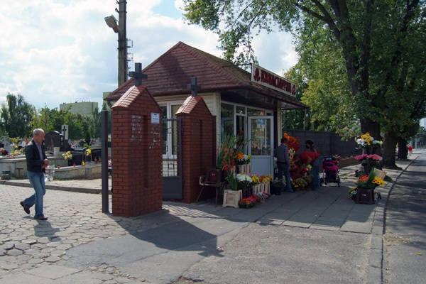 Tylko na cmentarzu św. Wojciecha przy ul. Kurczaki wnioski o zajęcie pasa ruchu na stoiska będą przyjmowane od najbliższego wtorku.