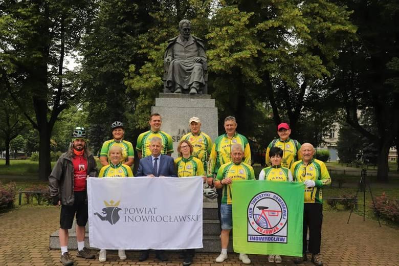 Cykliści z KTR Kujawiak podczas podpisania umowy ze Starostwem Powiatowym w Inowrocławiu i w koszulkach przygotowanych specjalnie na wyprawę do Zako