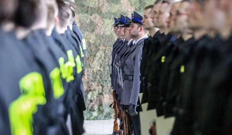 Uposażenia policjantów są uzależnione od grupy zaszeregowania, podobnie jak dodatki służbowy i za stopień (oba są składnikami stałymi pensji). Sprawdź