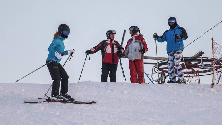 Mimo że w tym roku zima poskąpiła śniegu, zimowych atrakcji w naszym regionie nie brakuje. W okolicy Torunia funkcjonują aż cztery stoki narciarskie,