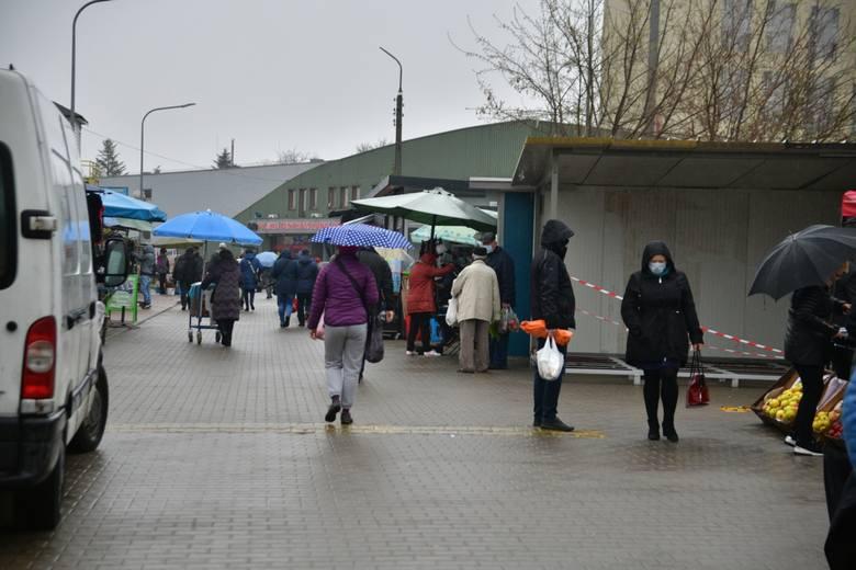 """Jak co sobotę sprawdziliśmy aktualne ceny warzyw i owoców na targowisku """"Na Śląskiej"""". Mimo deszczowej pogody wiele osób robiło zakupy"""