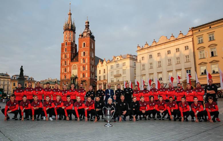 Drużyna Cracovii robiła zdjęcie na Rynku Gł., a potem prezentowała się przy stadionie