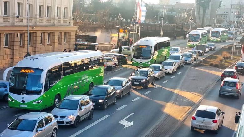 Sześć nowych autobusów marki Irizar jeździ od lutego w rzeszowskiej firmie Marcel, na trasie Rzeszów - Kraków. W każdym autokarze znajduje się defibrylator
