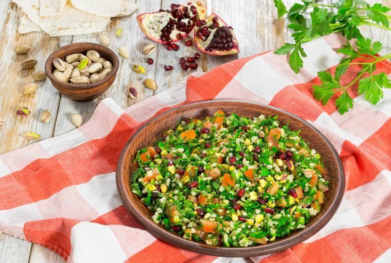 Modna sałatka a'la tabbouleh z prażonymi pistacjamiSkładniki100 g ugotowanej kaszy pęczak2 ogórki gruntowe2 pomidory pęczek świeżej natki pietruszkipęczek