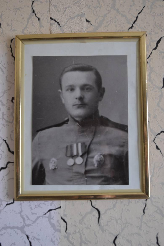 Czesław Hołodok dzieciństwo i młodość spędził w Świsłoczy, po wojnie zaś, ze względu na służbę w lotnictwie wojskowym, wędrował po całej Polsce. W końcu