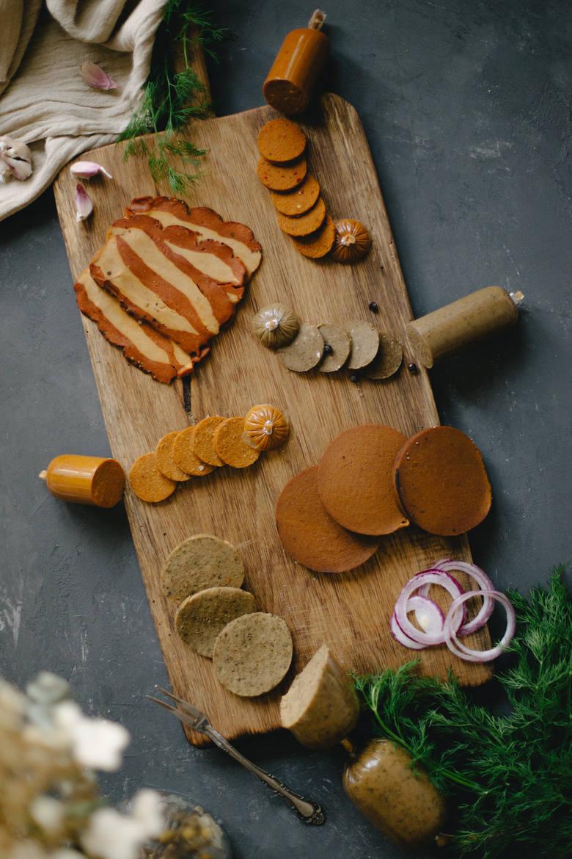 Zamienniki mięsa na diecie wegańskiej to m.in. wędliny na bazie glutenu, czyli białka pszennego, które po odpowiedniej obróbce jest nazywane seitane