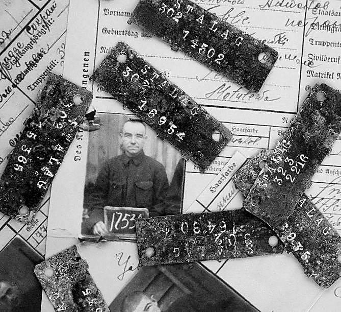 Na cmentarzu, z inicjatywy ówczesnego burmistrza  postawiono 3 drewniane krzyże (w tym jeden prawosławny) oraz pamiątkowe tablice upamiętniające jeńców