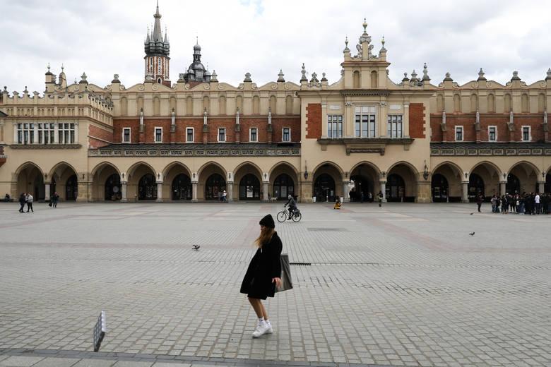 Koronawirus w Krakowie. Opustoszałe ulice, ludzie w maseczkach i szturm na sklepy. Kraków w wielu miejscach jak miasto widmo [ZDJĘCIA]
