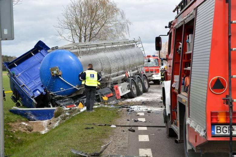 Wypadek śmiertelny na trasie Grajewo - Łomża. Kierowca osobówki zginął na miejscu (zdjęcia, wideo)