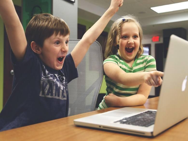 Internet to największa biblioteka świata. Obecny czas ograniczeń warto wykorzystać na pokazanie dziecku, że sieć internetowa oferuje o wiele ciekawsze