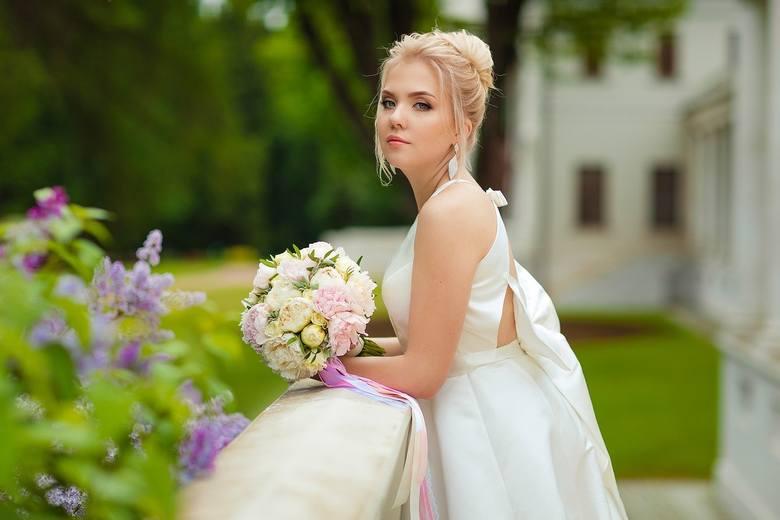 Suknia ślubna - najważniejszy strój. Klasyczna czy modna?Ślub to jedno z wyjątkowych wydarzeń w życiu. Zwłaszcza panny młode przywiązują dużą wagę do