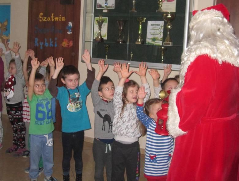 Następnie z wielkim zaskoczeniem  przedszkolaki otwierały prezenty, które czekały na nie pod choinkami w poszczególnych grupach.