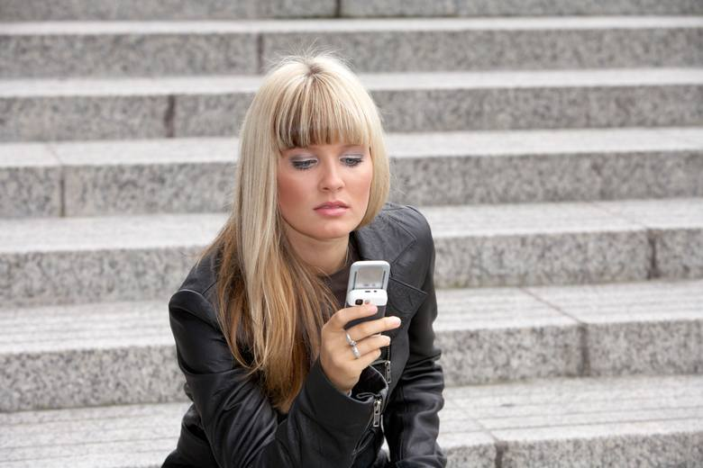 Ponad połowa pracowników posiadających telefony służbowe czuje presję związaną z ich używaniem.