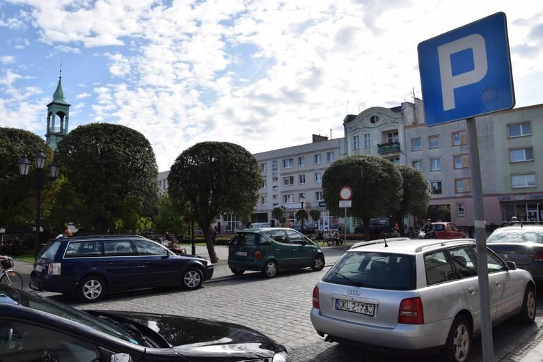 Parkowanie na rynku i w centrum Kluczborka znowu będzie płatne. Wiadomo już, ile będą kosztować bilety parkingowe [wideo]