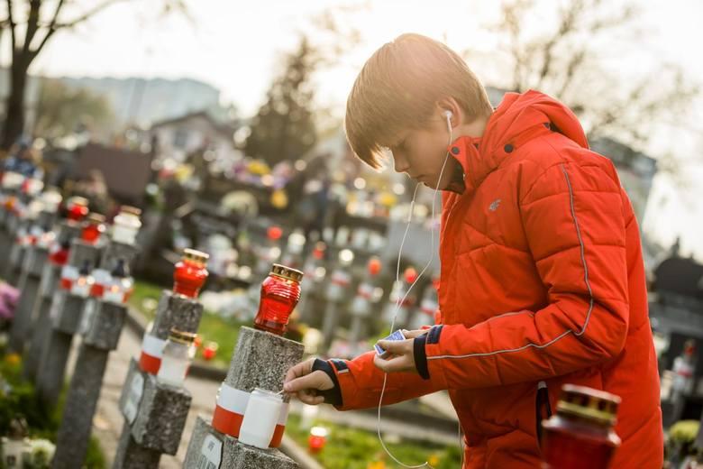 1 listopada tłumnie odwiedzamy groby naszych bliskich. Jak w tym roku będzie wyglądać ten dzień? Czy zostaną wprowadzone dodatkowe obostrzenia ze względu