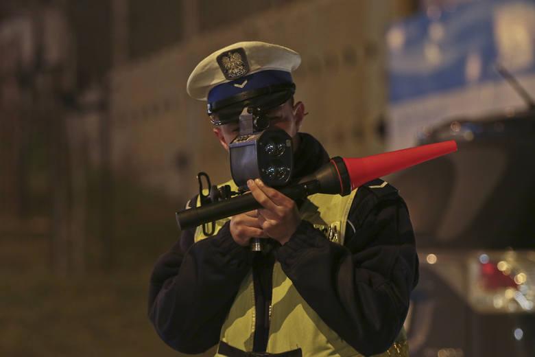 (pij)W czwartek, 17 marca około godz. 18.00 policjanci mierzyli prędkość kierowców jadących Trasą Północną w Zielonej Górze. Z kolei około godz. 20.00