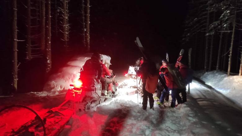 Akcja ratunkowa Babiej Górze. GOPR w trudnych warunkach sprowadził grupę turystów i mężczyznę, który zabłądził w okolicach szczytu
