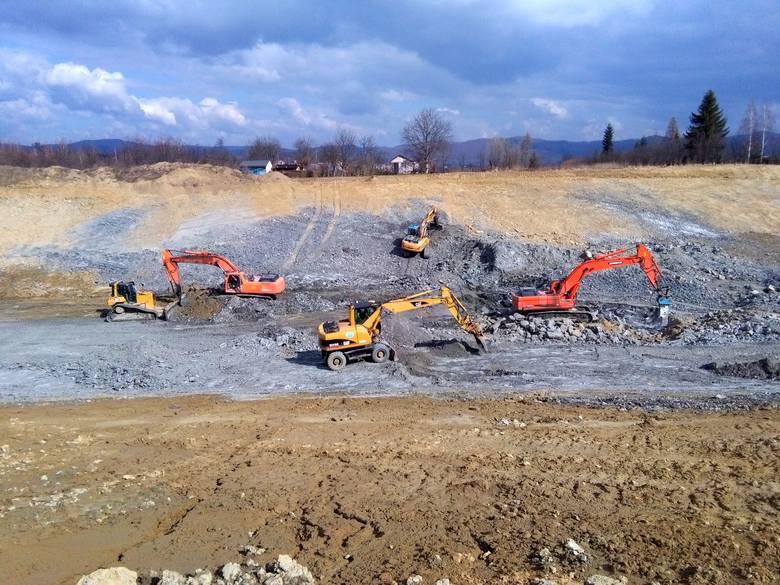 Po zimowej przerwie znów pełną parą ruszyły prace przy budowie obwodnicy Sanoka. Inwestycja jest już na półmetku, zaawansowanie robót przekroczyło 55