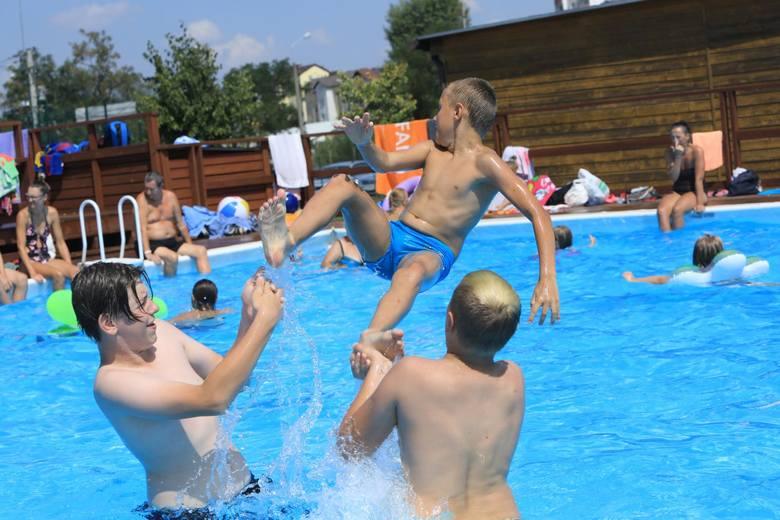 Baseny letnie Przy Skarpie 4 w ToruniuCzynne są do końca sierpnia w godzinach 10-18 (w dni słoneczne). W poniedziałki i piątki, dzieci i młodzież – po