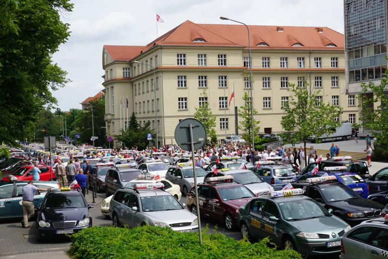 Do protestów taksówkarzy przeciwko firmom takim jak Uber czy Taxify dochodzi regularnie, także w Poznaniu (na zdjęciu protest z 2017 roku). Chcą oni ujednolicenia zasad prowadzenia działalności dla wszystkich przewoźników