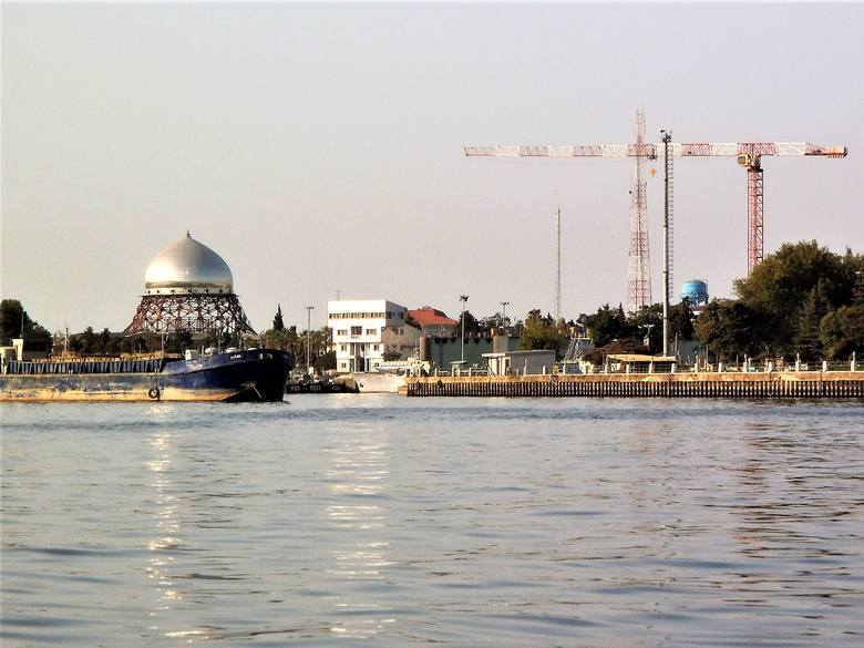 W Anzali, obok portu, budowany jest wielki meczet, jak na muzułmański kraj przystało.