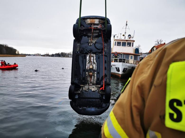 Dziwnów. Tragiczny wypadek. Samochód wpadł do wody. Zginęły cztery osoby