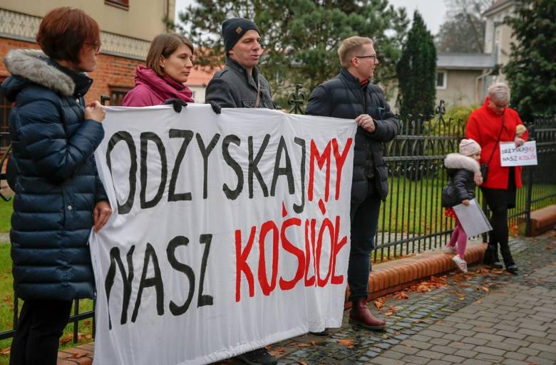 """Protest pod hasłem """"Odzyskajmy nasz kościół"""" pod kurią w Gdańsku, 3 listopada 2019 r."""