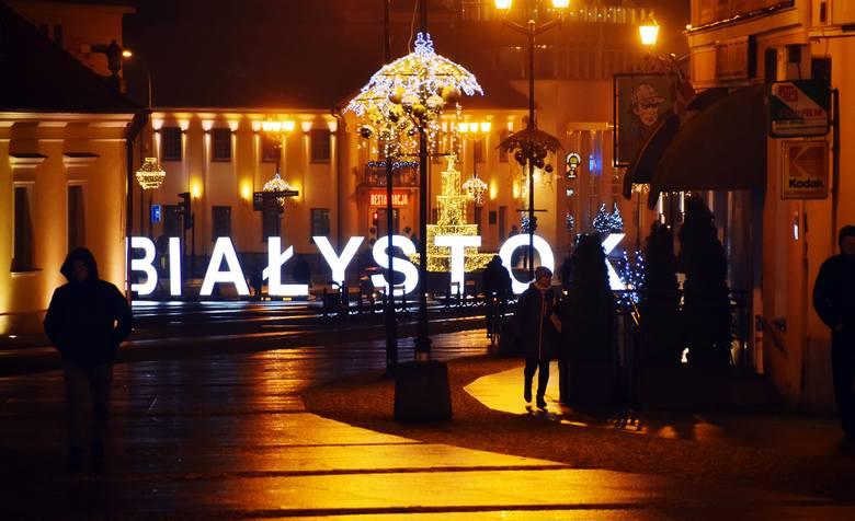 Białystok jest piękny na święta! Wieczorami rozświetlony Rynek Kościuszki wygląda bajkowo (ZDJĘCIA)