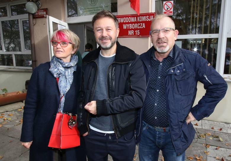 Inni wyborcy, którzy także w tym czasie co Andrzej Piaseczny chcieli zagłosować, nie przepuścili  okazji do zrobienia sobie ze znanym piosenkarzem z