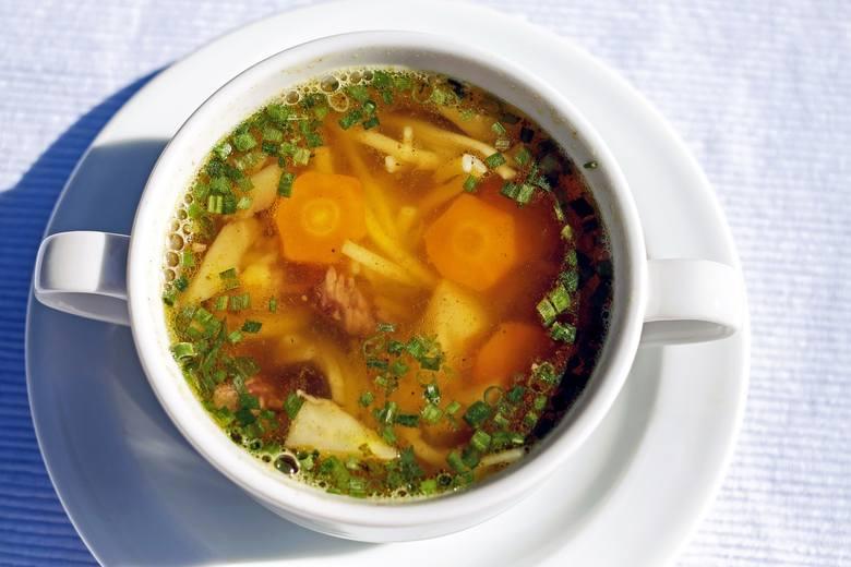 Na diecie zupowej najlepiej jeść klarowne zupy z warzywami w kawałkach, ponieważ czynność gryzienia przyczynia się do odczuwania większej sytości po
