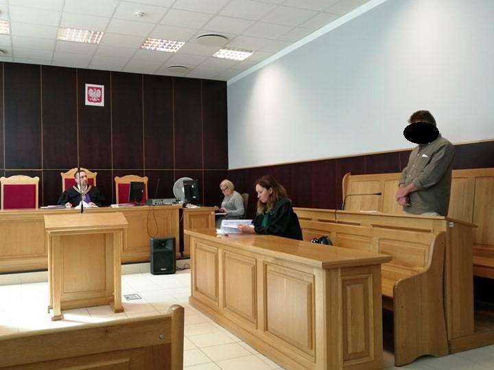 Błażej B. odpowiada teraz w sądzie za grożenie swojej zaginionej żonie, że zrobi krzywdę jej najbliższym. Wcześniej został skazany za uderzenie swojej żony Doroty. Kobieta zniknęła cztery lata temu tuż po tym, jak wyszła od niego z domu