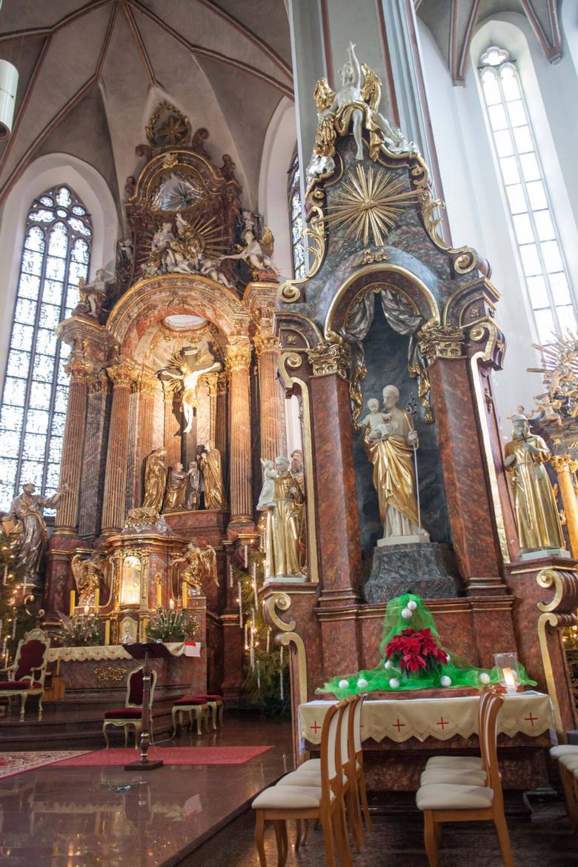 Opolska katedra jest świątynią gotycką, ale jej ołtarz główny i towarzyszące mu dwa ołtarze boczne pochodzą z okresu baroku.