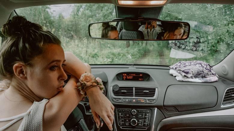 Jak jeździć, by nie uprzykrzać życia innym i samemu mniej się frustrować? Sprawdź, co cechuje kulturalnego kierowcę. Może pora na trochę więcej grzeczności