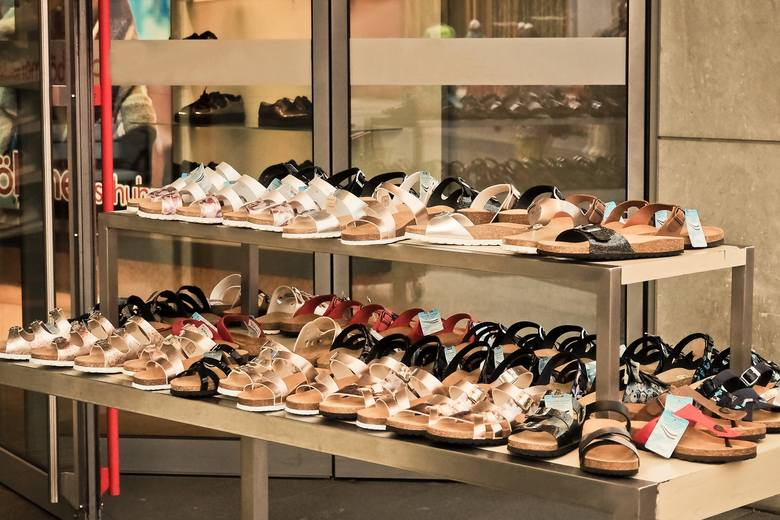 <i><strong>Czego można żądać, reklamując obuwie?</strong></i><br /> Reklamacja butów jest jednym z najczęściej wystosowywanych roszczeń wobec sprzedawców. Czego można żądać, reklamując obuwie? Pamiętaj: twoje uprawnienia przy reklamacji są identyczne jak w przypadku innych towarów.