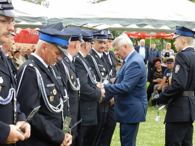 Po raz kolejny, tym razem wspólnie z mieszkańcami,  swój jubileusz świętowali druhowie Ochotniczej Straży Pożarnej w Dubielnie. Uroczystość rozpoczął