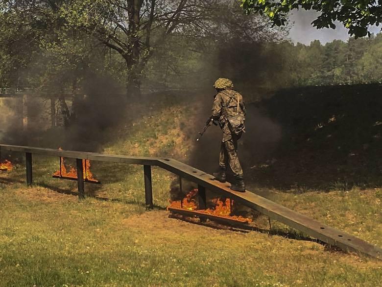 Żołnierze ćwiczyli w ogniu i dymie płonącego napalmu [ZDJĘCIA]