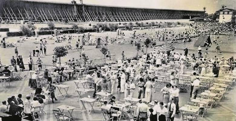 Przy basenie kwitło życie sportowe - organizowane były zawody pływackie.