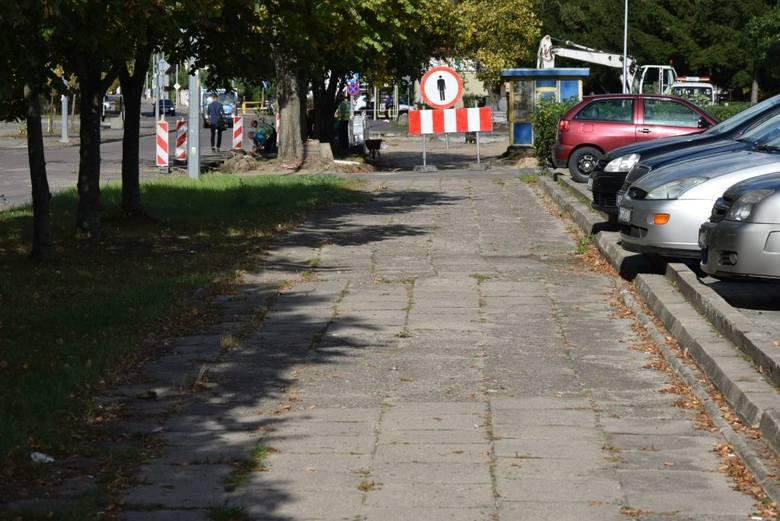 Ostrołęka. Budżet obywatelski. Ruszyła budowa fragmentu chodnika przy ul. Sienkiewicza. 6.10.2020. Zdjęcia