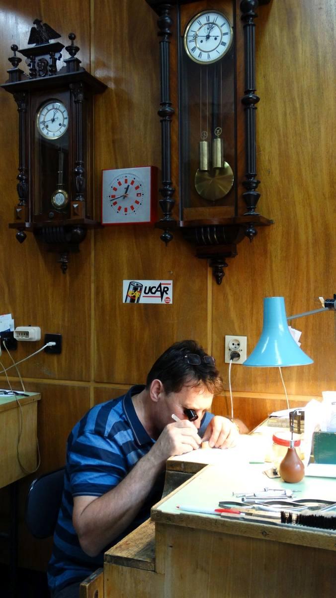 Zegarmistrz Edgar Kwiatkowski wraz z kolegami przejęli zakład od spółdzielni i prowadza na własny rachunek