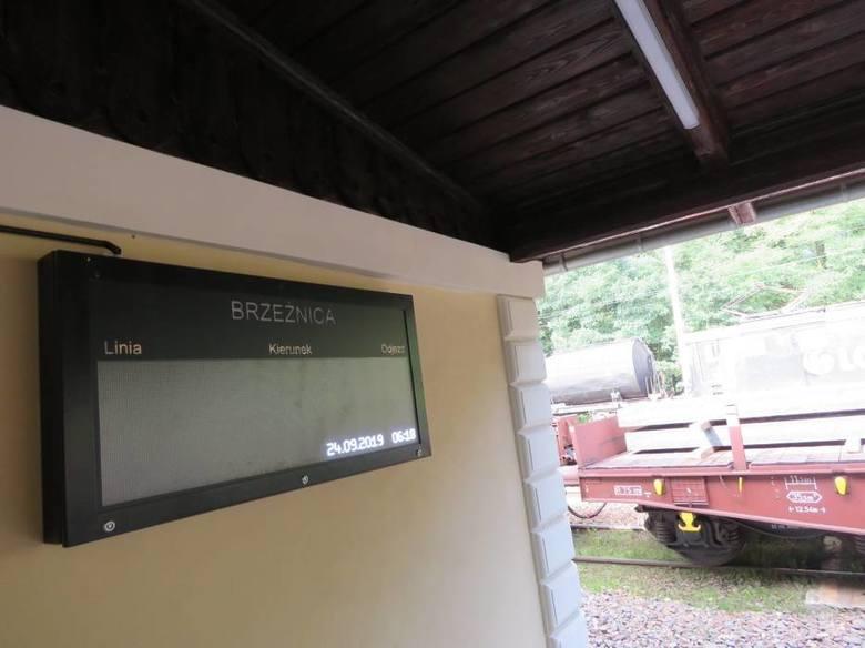 Dworzec kolejowy w Brzeźnicy. Brak pociągów osobowych